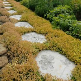 Itsetehdyt betonilaatat tuovat persoonallisuutta puutarhaan