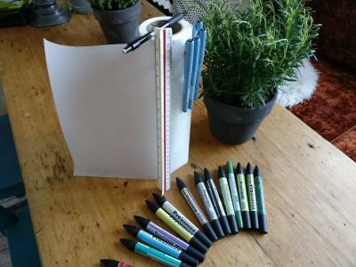 Suunnitteluvälineiksi tarvitset luonnospaperia, skaalatikun, lyijykynän, kumin, pari mustaa tussia sekä värikynät